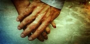Dłonie zakochanej pary, trzymanie się za ręce.
