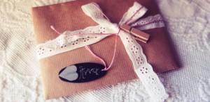 """Podarowanie prezentu może być wyrazem miłości. Prezent dla kobiety może być w jej języku miłosci sygnałem """"kocham Cię""""."""