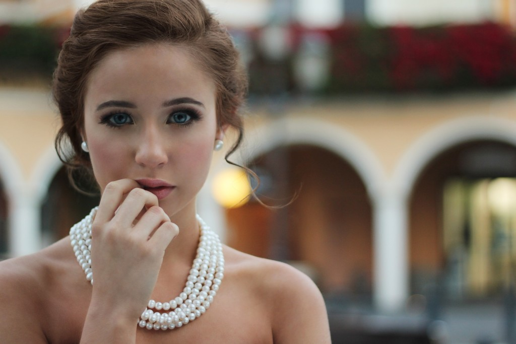 Urzekająca kobieta jest piękna.